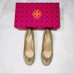 Tory Burch Chelsea Wedge Sandbox Tan & Bow